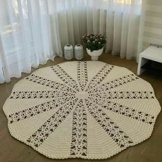 Image may contain: indoor Filet Crochet, Crochet Motif, Crochet Designs, Crochet Doilies, Crochet Hooks, Crochet Patterns, Crochet Geek, Love Crochet, Mantel Redondo