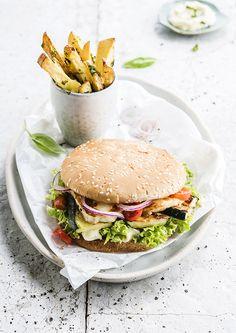 Berloumi burger met courgette, tomaat en frietjes.  Dit gerecht komt van de kookbox van Foodbag.be Halloumi, Salmon Burgers, Foodies, Chicken, Ethnic Recipes, Tomatoes, Crickets, Cubs