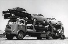 19-10-1960 - Een DAF-oplegger transporteert negen DAF personenauto's.