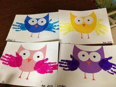 activité manuelle maternelle facile à réaliser, des hibous, ailes d'empreintes de mains, de gros yeux, peinture enfant
