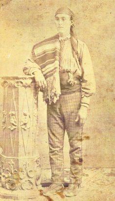 Valenciano de 1870 luciendo un lujoso traje que incluye un blusón con adornos. Fotografía de Valentín Pla.