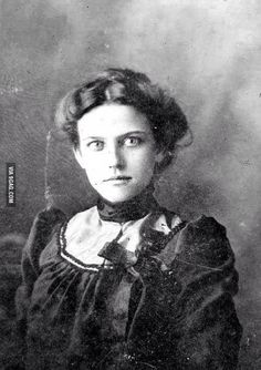 1890's : A victorian era woman getting photographed for the first time. Can only imagine how striking her eyes were - 9GAG
