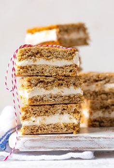 These OATMEAL CREAM PIE BARS are an adult version of a childhood favorite. They're a tasty dream come true perfect for showing your loved ones on Valentine's Day just how special they are. Layer of ho Köstliche Desserts, Delicious Desserts, Dessert Recipes, Bar Recipes, Fudge Recipes, Candy Recipes, Holiday Recipes, Cookie Recipes, Oatmeal Cream Pies