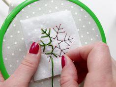 Handwärmer_mit_Schneeflocken-Stickerei (6) Sewing, Christmas, Diy, Snowflake Embroidery, Primary School, Wool, Handarbeit, Projects, Simple