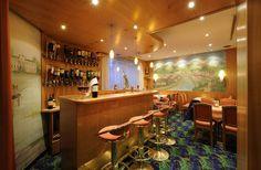 In der Hotelbar den Tag ausklingen lassen Salzburg, Restaurant Bar, Conference Room, Table, Furniture, Home Decor, Restaurants, Meeting Rooms