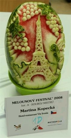 Quite lovely food carving watermelon Veggie Art, Fruit And Vegetable Carving, Veggie Food, Amazing Food Art, Incredible Edibles, Awesome Food, It's Amazing, Amazing Things, Watermelon Art
