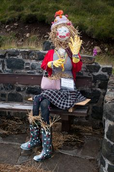 Unique DIY Garden Scarecrow Ideas Unique funny and creative diy scarecrow ideas for your garden, Make A Scarecrow, Scarecrow Crafts, Scarecrow Ideas, Scarecrows For Garden, Fall Scarecrows, Scarecrow Festival, Fall Halloween, Vintage Halloween, Halloween Party