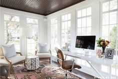11 Stunning Home Offices With Feminine Desks. Big pretty work spaces that appeal to people looking for pretty desks. Sunroom Office, Small Sunroom, Sunroom Playroom, Front Office, Small Office, Pink Office, Home Office Design, Home Office Decor, House Design