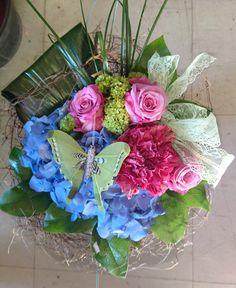 Äitienpäiväkimppu: #hortensia #ruusu #neilikka Kukkiamme voi tilata myös verkkokaupasta http://meritorni.ekukka.fi