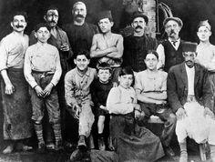 Alberto Camus, en el centro de la foto, con siete años, en la carnicería de su tío en Argel, en 1920.