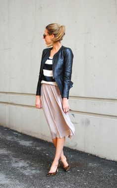 saia midi rosa com blusa listrada e jaqueta de couro