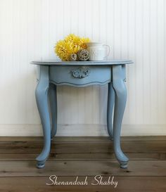 Blue End Table or Night Stand. Hand painted side table, end table, night stand with Annie Sloan Chalk Paint. by ShenandoahShabby on Etsy Diy Patio Furniture Cheap, Diy Furniture Projects, Diy Projects, Vintage Nightstand, Diy Nightstand, Patio Table, Diy Table, Bedside Table Design, Bedside Tables