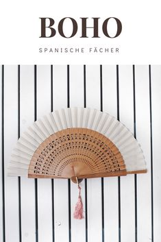 Schönste Fächer für deine Hochzeit, den Sommer, zum Tanzen oder einfach so für Boho-Fans. In meinem Shop findest du viele Varianten, der in Spanien gefertigten Handfächer. Wunderschön auch als Gastgeschenk für Brautmutter, Trauzeugin oder die Hochzeitsgäste. Die Quaste gibt es in deiner Wunschfarbe. Und dein Brautmode-Accessoire lässt sich mit wunderschönem Handlettering personalisieren, schau gleich rein: #hochzeitsfächer #heiraten2020 #hochzeit #brautmode #hochzeitsgeschenk… Bohemian Soul, Bohemian Living, Boho Online Shop, Lifestyle Store, Lifestyle Blog, Boho Outfits, Fashion Outfits, Boho Mode, Shops
