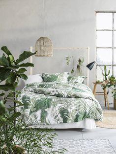 Ett sovrum i grönska. Här ser ni påslakanset Borneo med tryckt storbladigt mönster. Percale, klassisk tvåskaftsväv med extra många fina och tunna bomullstrådar som gör tyget slitstarkt.