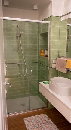 Bathroom ideas: Bamboo parquet floor with green tiles. Shower with niche and countertop basin with roll shape.  Idee bagno: pavimento in parquet di bambu, piastrelle verdi. Doccia grande con nicchia e lavabo d'appoggio di design. Countertop Basin, Countertops, Modern Bathroom, Bathroom Ideas, Green Tiles, Parquet Flooring, Bamboo, Bathtub, Shape