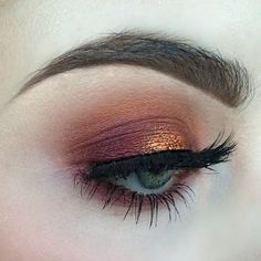 I used noble, analogue, rewind and harpsichord from the @katvondbeauty #mividalocaremixpalette and a dab of Mac copper sparkle in the centre of the lid!