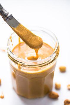 Homemade receita Peanut Butter - o melhor cremoso, melty textura!  Tudo que você precisa é de amendoim e um processador de alimentos.  | Pinchofyum.com