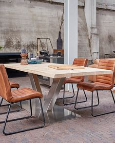 Industrial is hot en trendy. Leather Dining Room Chairs, Dining Table, Im Coming Home, Home And Living, Living Room, Industrial Dining, Wall Backdrops, Small Spaces, Beautiful Homes
