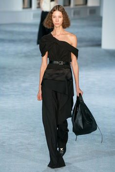 Phillip Lim Fall 2019 Ready-to-Wear Fashion Show Collection: See the complete Phillip Lim Fall 2019 Ready-to-Wear collection. Look 39 Coco Chanel, Dark Fashion, Autumn Fashion, Fashion Show, Fashion Outfits, Womens Fashion, Fashion Boots, Ladies Fashion, Fashion Brands