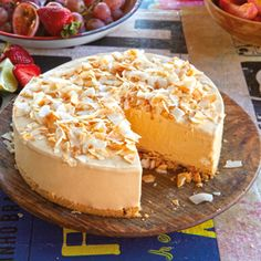 Frozen dulche de leche cheesecake with tropical fruit Best Dessert Recipes, Cheesecake Recipes, Delicious Desserts, Frozen Desserts, No Bake Desserts, Cheesecakes, Ideas Paso A Paso, Sweet Pastries, Food To Make