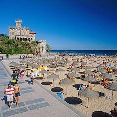 Portugals Westen: Die blaue Küste von Estoril - via RP Online 25.06.2014 | Estoril und Cascais in Portugal haben sich ihren Charme bewahrt. Große Hotelburgen sucht man vergebens. Dafür gibt es kleine Cafés, Golfplätze und tolle Strände. Foto: Mondäner Badeort: Die Strände in Estoril - wie hier Tamariz - sind auch bei den Hauptstädtern beliebt.