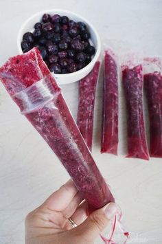 healthy 3 ingredient popsicles -pineapple blueberry Could really make with any fruit. All natural=yummy! healthy 3 ingredient popsicles -pineapple blueberry Could really make with any fruit. All natural=yummy! Köstliche Desserts, Frozen Desserts, Frozen Treats, Delicious Desserts, Yummy Food, Think Food, Love Food, Healthy Sweets, Healthy Eating