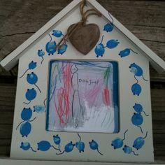 Cadeautje van de klas voor baby. Grote broer/zus maakt tekening de anderen vingerafdruk op lijstje, muisjes van maken.