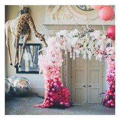 I hate it when you've created an epic balloon arch and a floating giraffe tries to steal your thunder. Amazingness via @ruffledblog #scenestealer #photoshoot #giantballoons #balloonarch #balloonlove #balloonfiesta #giraffe #fantasyland #ruffledblog #backdrop #weddingideas #partyideas #weddingdecor #pink