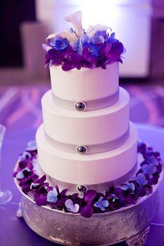 gâteau de mariage mauve, violet, bleu et blanc décoré de fleurs