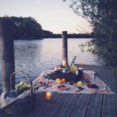 Picnic de fin d'été au bord du lac à la bougie , end of summer picnic on water with candles