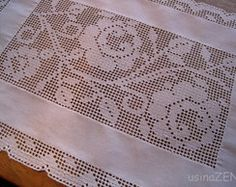 jogo americano Labirinto Rosas em Flor Japanese Gift Wrapping, Japanese Gifts, Drawn Thread, Thread Work, Crochet Placemats, Crochet Doilies, Filet Crochet, Hand Embroidery, Needlework