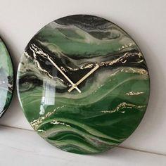 Acrylic Resin, Acrylic Pouring, Resin Art, Clock Art, Diy Clock, Clock Ideas, Wall Clock Wooden, Wall Clocks, How To Make Resin