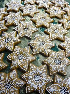 Mézeskalács These are beautiful! Christmas Sugar Cookies, Christmas Sweets, Christmas Gingerbread, Christmas Cooking, Holiday Cookies, Fancy Cookies, Iced Cookies, Cute Cookies, Cupcake Cookies