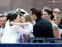 Sofia Hellqvist embrasse la princesse Estelle, la princesse Victoria de Suède et le prince Daniel...