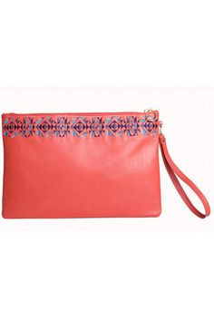 Make it chic and casual with the Red Simplicity handmade leather cluch! This simple though sophisticated design completed by an equisit embroidery will take you from the office to an evening out, easily accomodating all your essentials at the same time. #busta #bustabags #leatherclutch #leather #streetstyle #red #embroidery #folklore #handmade #clutch
