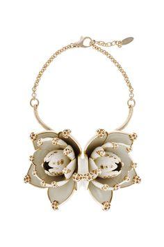 Roberto Cavalli  Collier Fleurs en métal verni blanc et strass or.