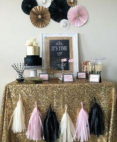 Que tal escolher uma toalha original para a mesa principal da sua festa? Vale fazer a barra de um tecido incrementado com lantejoulas, como o da foto. Aí, todo o resto é detalhe! (Foto: Reprodução/Pinterest)