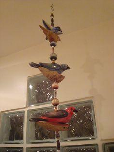 Móbile de pássaros em cerâmica Baixo-Esmalte pintados manualmente. Pássaro Beija-Flor, canário 7 cores e Tiê Sangue.