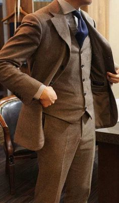 The 5 Basic Suits That You Must Absolutely Own If You Are A Professional Brown Tweed Suit, Tweed Men, Brown Suits, Tweed Suits, Grey Suits, Gentleman Mode, Gentleman Style, Dapper Gentleman, Blazer Fashion
