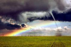 【奇跡】虹とトルネードが同時に発生→まるで異世界のような景色に(画像あり