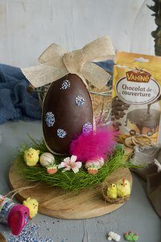 Descubre cómo hacer un precioso huevo de Pascua de chocolate y disfruta con los peques mientras lo preparas. Eggs, Breakfast, Food, Chocolate Easter Eggs, Deserts, Recipes, How To Make, Couverture Chocolate, Morning Coffee
