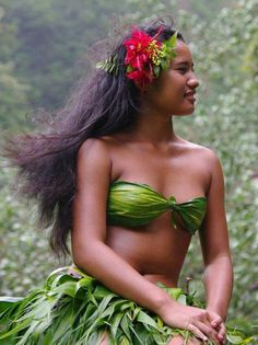 This is how I think of Hawaiian women, so very natural and beautiful.