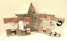 Mini-Adventskranz to go Material:  Dymo, bedrucktes Tape, Geschenkpapier, Teelichte, Streichholzschachtel, Klarsichtkekstüte, Geschenkband