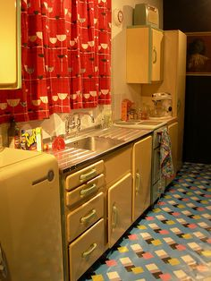 1950s kitchen in butter yellow