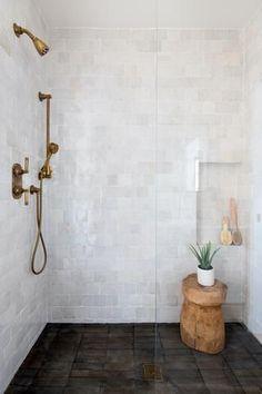 Iconic Bathroom Design and Style Small Tile Shower, Master Shower Tile, Shower Tile Designs, Bathroom Floor Tiles, Shower Floor, Bathroom Tile Showers, Wood Tile Shower, Textured Tiles Bathroom, Large Tile Bathroom