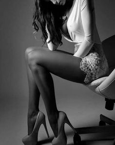La donna che non riesce a rendere affascinanti i suoi errori è solo una femmina.  (Oscar Wilde)
