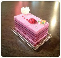 デリス・フランボワーズ   ¥432(400)    木苺の、クリーム、ガナッシュ、生地。 フルーティな甘酸っぱいおいしさが、お口に広がります(^-^)