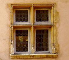 des fenêtres à meneaux ouvragées et des vitres entourées de plomb Lyon France