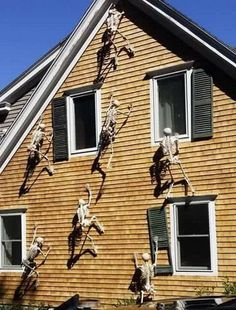 I LOVE Halloween! The home decor is so creepy and dark, and so much fun. Check out this post and take a look at 13 of the best DIY Halloween decorations you can do to add some SPOOKY vibes to your home this year! Diy Halloween Home Decor, Diy Halloween Dekoration, Halloween Skeleton Decorations, Halloween Designs, Halloween Prop, Halloween Party Decor, Holidays Halloween, Halloween Skeletons, Vintage Halloween