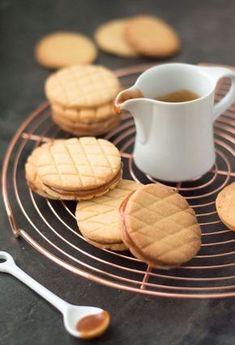 Dutch cookies with caramel in between (recipe in Dutch) Dutch Cookies, Sweet Cookies, No Bake Cookies, No Bake Cake, Dutch Recipes, Sweet Recipes, Baking Recipes, Cookie Recipes, No Bake Snacks